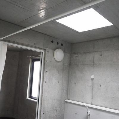 お風呂には天窓からの光が差し込みます。