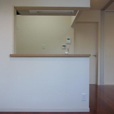 ベランダ側からキッチンを。ダイニングルームは少し狭い。