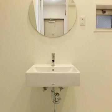 丸鏡がキュート。※写真は別部屋