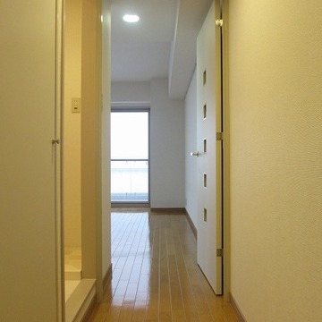 玄関から。ドアを開けたとたん全貌が明らかにならないのがいいですよね!