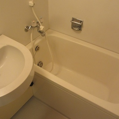 洗面台&お風呂。3点ユニットだけどきれいですよね。ホテルみたい。
