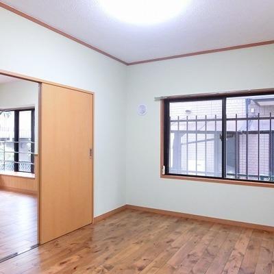 奥のひと部屋も窓が大きくて明るい空間