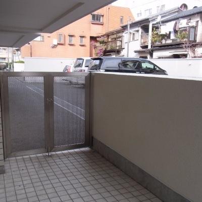 1階のベランダは駐車場側。