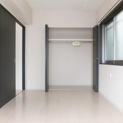 隣の部屋にも同じ大きさの収納があります。