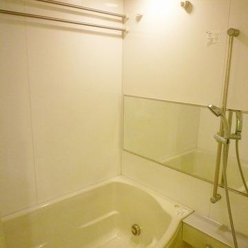 広いお風呂。横長の鏡が素敵