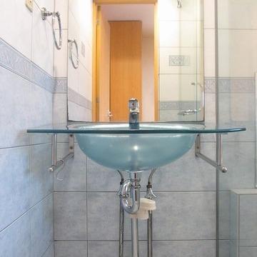 クリスタルの洗面台。涼しげですね