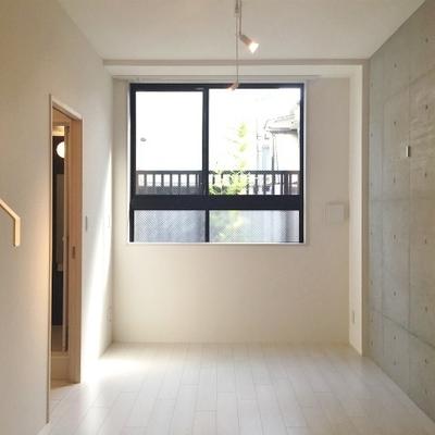 窓が高い位置に。 ※写真は別部屋です