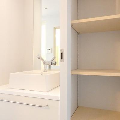 脱衣所!洗面所のおとなりには収納が。