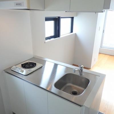 キッチンもシンプル!上にも下にも収納が。