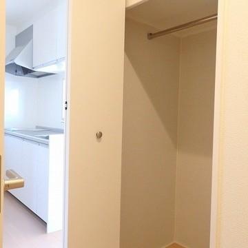 こちらは廊下の小さい収納※写真は同間取りの別部屋です