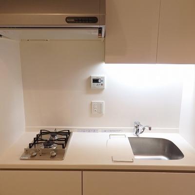 キッチンは2口ガスコンロ。収納たくさん。