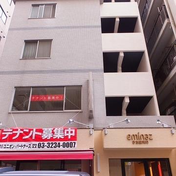 6階建てのマンションです。宅配BOXも付いています。