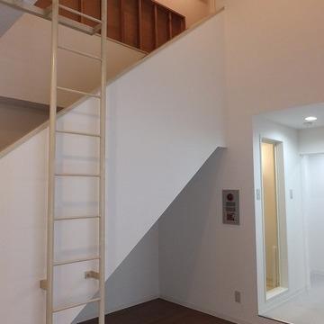 階段を下りて居室スペースへ。