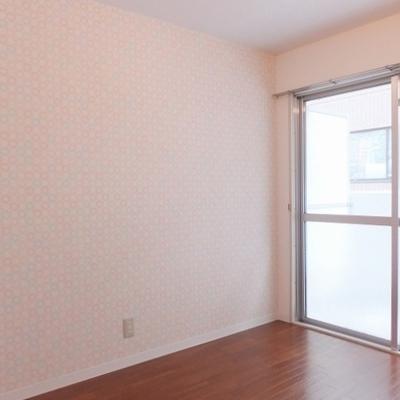 こちらは4.7帖の洋室。壁はアクセントクロスです。