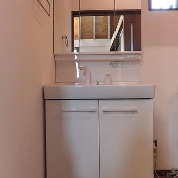 洗面台は収納充実です。