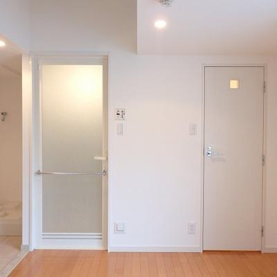左はバスルーム、真ん中はトイレ、右は収納のドア。