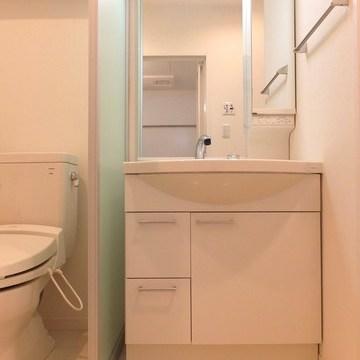 お風呂と同じ淡い色が使われた洗面スペース。