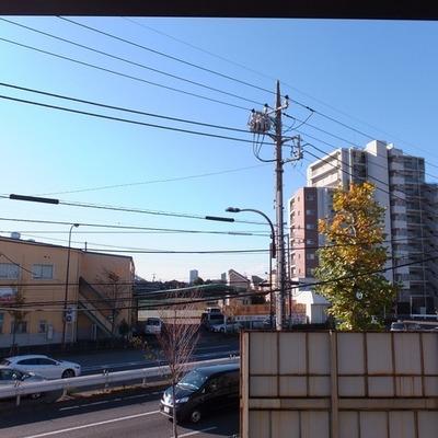 窓を開けると交通音がちょっと気になります。