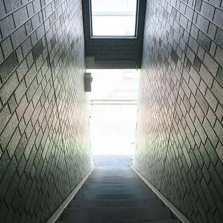 2階までは細長い階段に