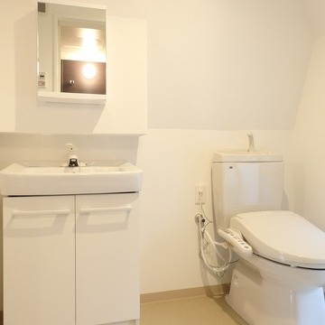 洗面台とトイレはお隣同士に ※写真は別部屋です