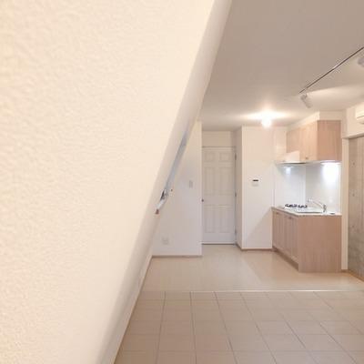 壁が斜めになっているので背の高い家具はご注意を ※写真は別部屋です