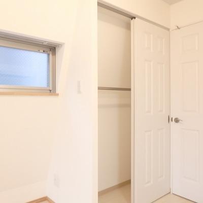 収納の中の壁も斜めになっているのであまり物は入らなさそう・・・ ※写真は別部屋です