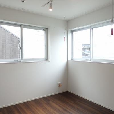 2面採光で明るい室内※写真は別部屋。