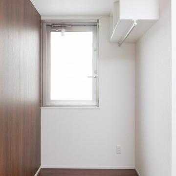 細長いお部屋です。壁がシック。