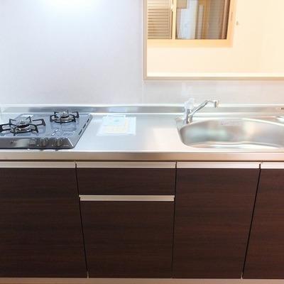 キッチンは3帖あるので後ろに食器棚を置くことができます。
