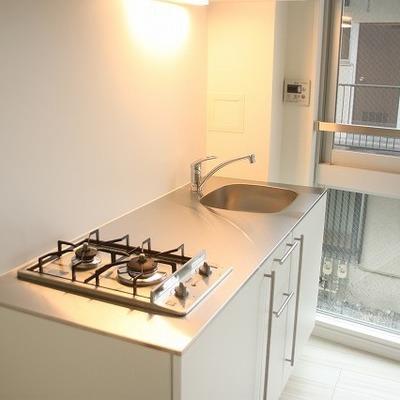 スッキリとしたデザインのキッチン