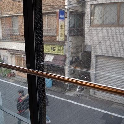 窓からは正面の道が見えます※写真は別部屋