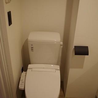 独立洗面台の横にトイレがあります※写真は別部屋