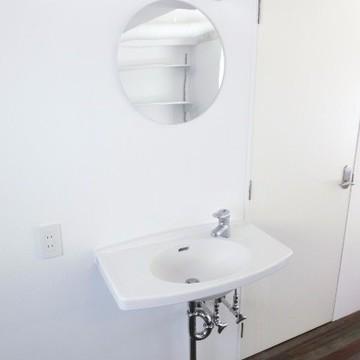 丸い鏡が可愛らしい洗面台