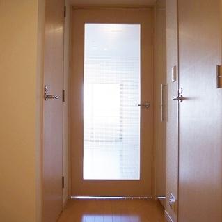 廊下からのドアがちょっとお洒落。