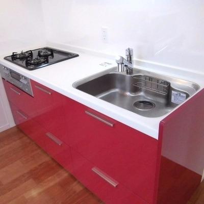 赤いキッチンがいい感じです。