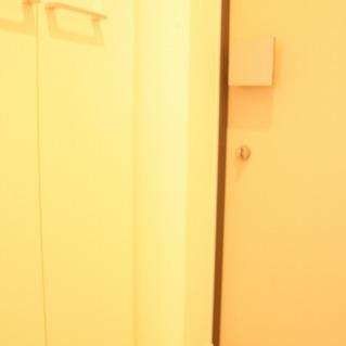 白で統一され明るい玄関