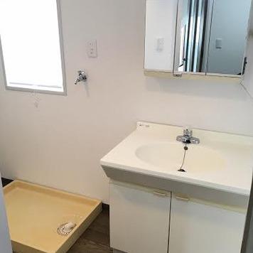 洗面所にも窓!脱衣所としても充分なスペースです