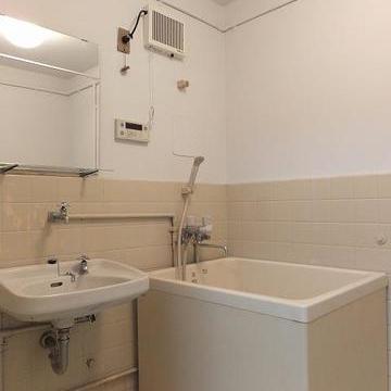 お風呂、洗面台、トイレは同室。