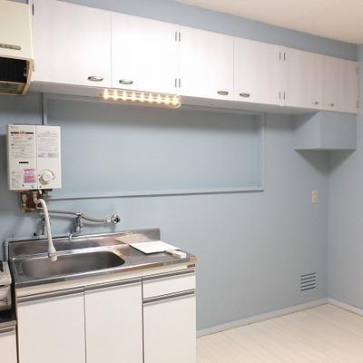 キッチンの上部に収納棚が設置されています。