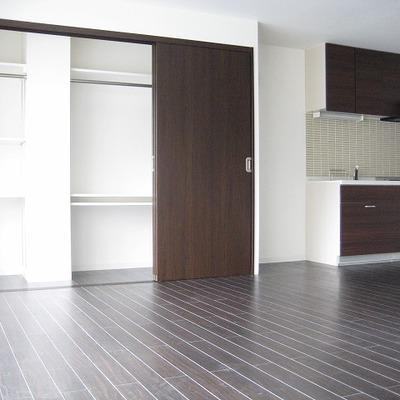 収納スペース。キッチンとの間に冷蔵庫が置けそう。
