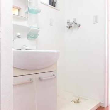 キッチンの右側に洗面台があります。