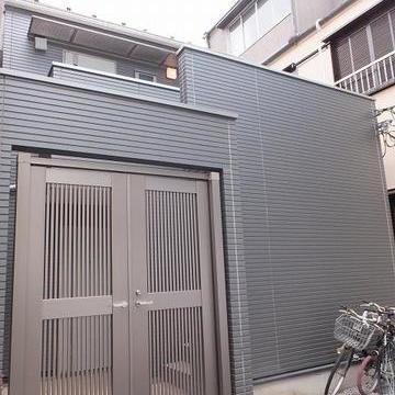 一軒家のような外観のマンション。