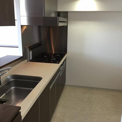 キッチン3口グリル付き、スペース的にも広いです。