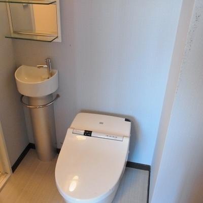 トイレのすぐ横が洗面台。※画像は別部屋