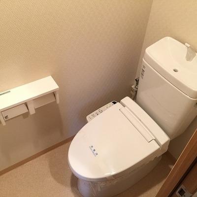 トイレはウォシュレットタイプ。ペーパーホルダーは2個タイプ!