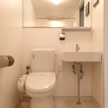 ホテルのような大きめの鏡。トイレも洗面台もキレイです。