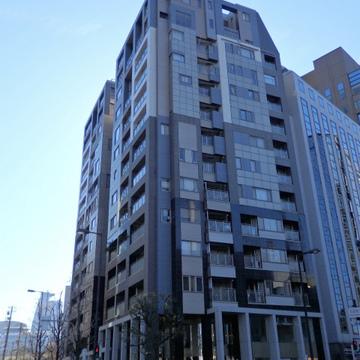 官公庁などの多いエリアの14階建てマンションです。