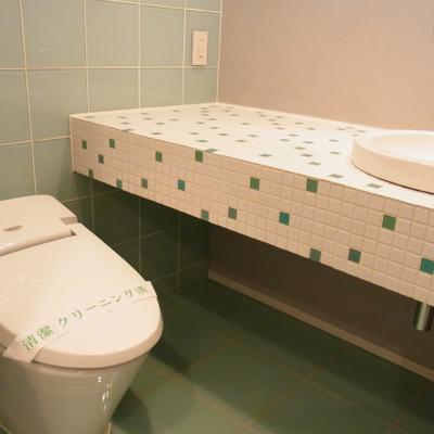 トイレの壁もエメラルドグリーン