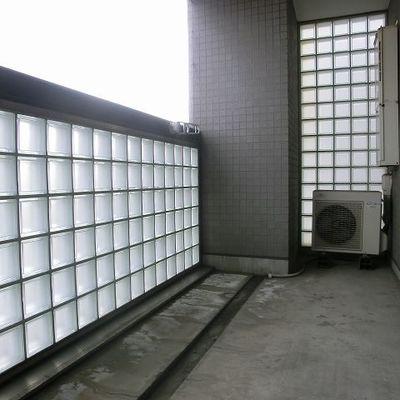 バルコニーはガラスブロックでかっこ良く。