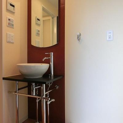 特注されたパンチのある洗面台